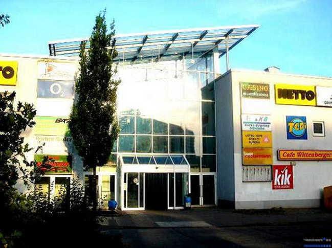 Fitnesscenter mit Fitnessgeräten, Sauna und Solarium