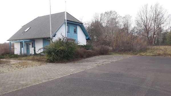 Rasante Lage! Kleines Gewerbegebäude im Wohnhausstil  an der A2