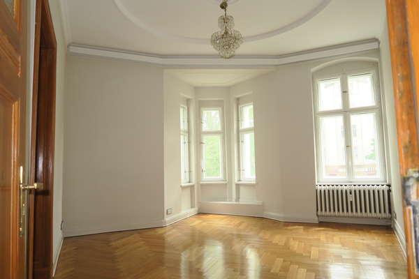 Belle Etage ! Bezugsfreie luxuriöse Altbauwohnung  mit Platzblick