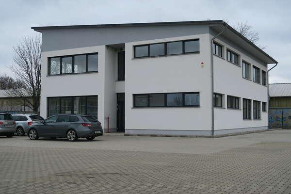 Tip-Top: Schickes Büro Gewerbegebäude mit Parkfläche